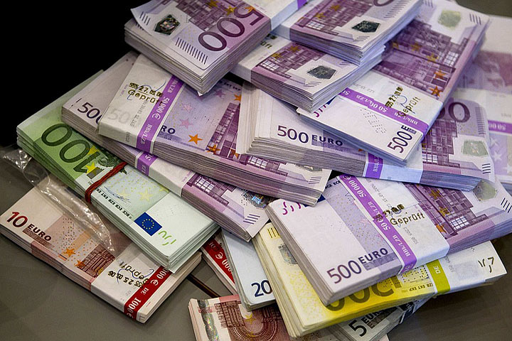 Woman returns bag holding €8,000 found on Barcelona train