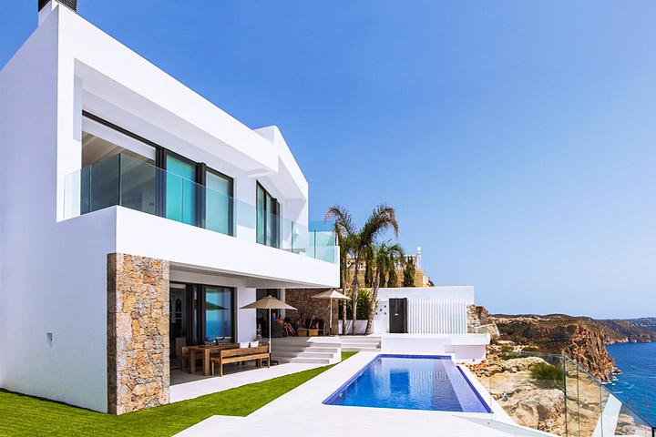 Contemporary Seafront Villa by IncommunStudio