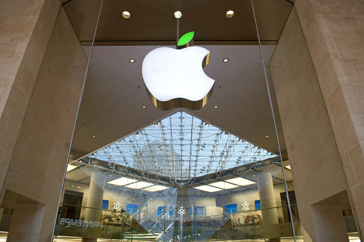 Angry Customer Smashes iPhones in France Apple Store