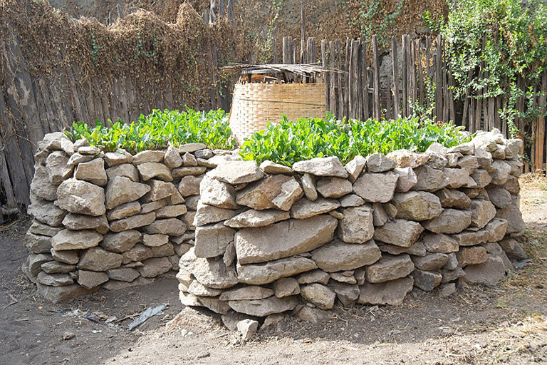 Keyhole gardens how to make keyhole raised bed quiet corner for Keyhole garden designs